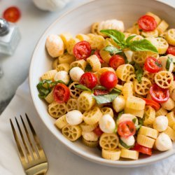 Tomato, Basil and Mozzarella Pasta Salad
