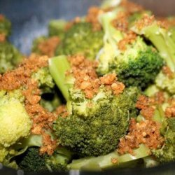 Steamed Broccoli With Garlic and Bread Crumbs