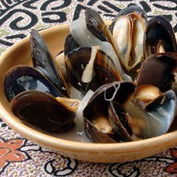 Steamed Mussels with Lemon, Onion, and Wine (Mijillones al Limon)